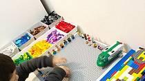 V této rodině maminka dohlíží na to, aby mělo vše své místo, i kostičky lega rozdělené podle barev.