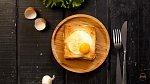 Sendvič 9 - Toust s bešamelem a kuřecím. Co budete potřebovat: toustový chléb, bílá bešamelová omáčka, plátky kuřecí šunky, tvrdý sýr, vejce, máslo a sůl