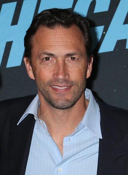 Andrew Shue skočil do seriálu na jeho začátku v květnu 1992 v roli Billyho Campbella. Hrál protějšek Courtney Thorne-Smith a natáčet zůstal celých šest let.