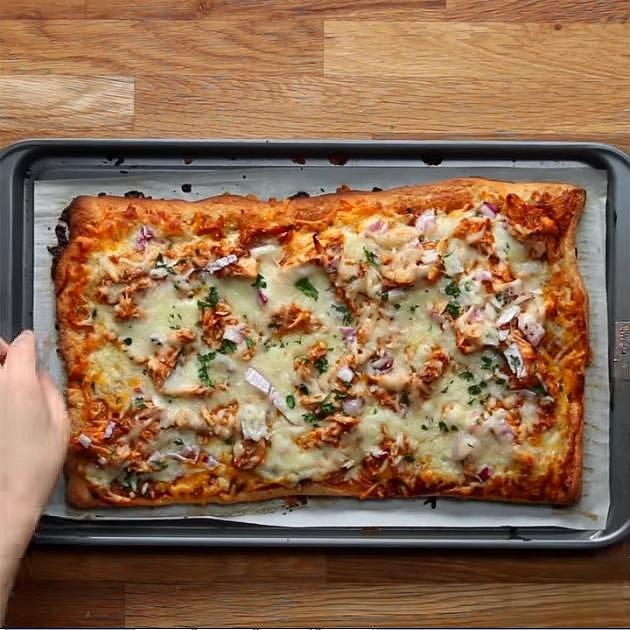 BBQ pizza s kuřetem - Co budete potřebovat: těsto na pizzu, pečené kuře, BBQ omáčku, sýr cheddar, červenou cibuli, mozzarellu a petrželku