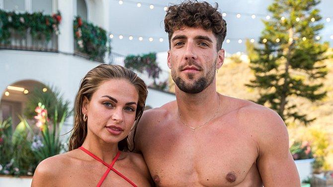Tess je nyní partnerkou Nathana, o jeho kamarádovi Adamovi nejspíš nemá ani tušení