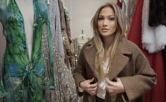 Šaty má Jennifer roztříděné přesně podle toho, kam by si je mohla vzít, podle barev a podle návrhářů. Její ikonické šaty Versace všemu vévodí.