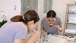 Nejdříve je potřeba provést klasickou ranní hygienu, vyčistit si důkladně zuby a omýt obličej vodou.
