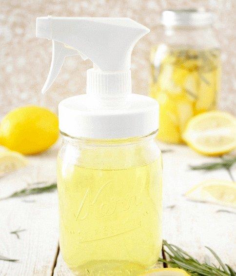 Skvělý způsob je také osvěžovař vzduchu z octu, rozmarýnu a citrónu.