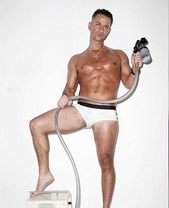 Asi není překvapením, že muž, který nevynechá příležitost, aby ukázal své svaly před televizními kamerami, se v minulosti živil jako nahý mužský model.