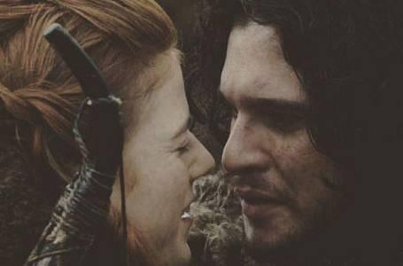 Kit Harington (Jon Snow), snoubenka Rose Leslie (Ygritte) - Všichni jsme určitě zaznamenali romanci na ostří nože, kterou spolu ve Hrách o trůny prožil člen noční hlídky Jon Snow a divoženka Ygritte.