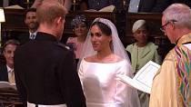 Během obřadu se na sebe neustále zamilovaně usmívali.