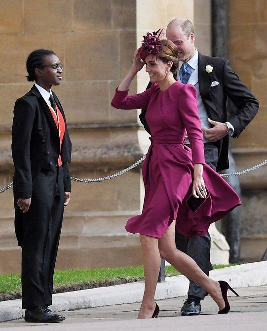 Kate, vévodkyně z Cambridge oblékla na svatbu sestřenice svého manžela tmavě růžový kostýmek s kratší sukní. Velice jí tento model slušel.