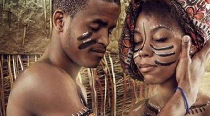 10. V některých afrických kmenech novomanželům během první svatební noci asistuje matka novomanželky, která dceři radí, co má dělat a názorně jí to ukazuje. Matku může zastoupit nejstarší žena kmene.