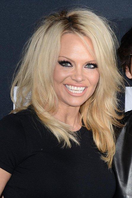Takto Pamelu všichni známe - blonďatý rozcuch a k němu výrazný make-up.