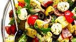 Každý má svůj tajný recept na bramborový salát. V Řecku přidávají černé olivy.