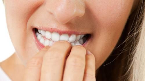 Proč a jak přestat s kousáním nehtů?