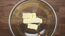 Budete potřebovat: 100g změklého másla.