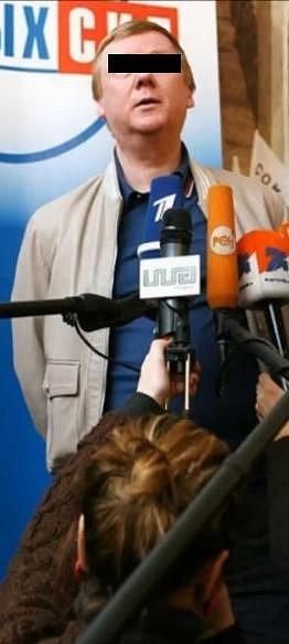 Polský politik na tiskovce a reportérka, která nechtěla kazit kolegům záběr. A vtipná momentka je na světě.