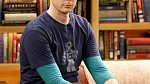 """James Joseph """"Jim"""" Parsons alias Sheldon Cooper - 44 let - se narodil 24. března 1973 v Houstonu. Nyní žije v New Yorku. Získal titul B.A. na Universitě of Houston. Nedávno se oženil se svým dlouholetým přítelem."""