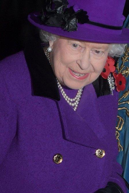 Když už si bere stejný kabát, klobouk obmění jinou dekorací a vezme si jinou brož.