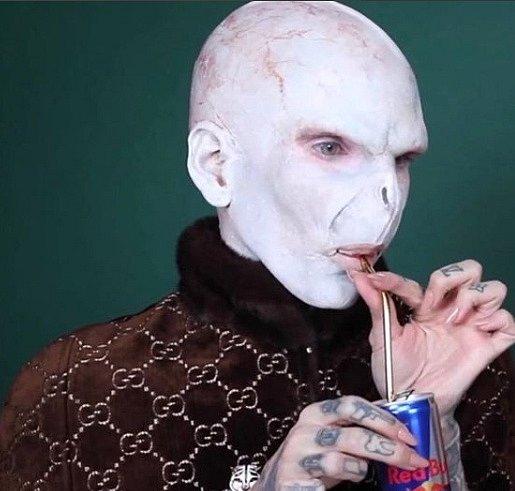 Že je opravdu králem make-upu dokazuje i jeho transformace v jakékoli stvoření, které si jen umíte představit.