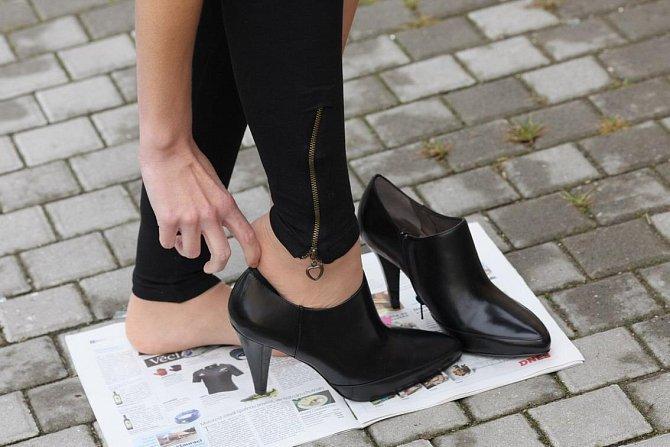 Zapůjčené boty (ty nebyly ze sekáče) se nesměly za žádnou cenu dotknout země - proto ty noviny :-)