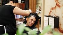 Nejprve Markétě kadeřnický tým, sjednotil barvu vlasů, které byly na koncích původně tmavší.