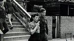 20. Mladá žena na kolečkových bruslích, se svým milovaným před jeho odjezdem na frontu, 40. léta 20. století
