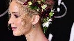 Jennifer Lawrence se nebojí vynést čelenku na červený koberec.