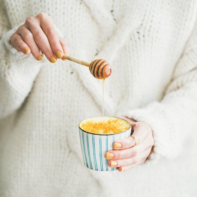 Teplé mléko s medem vás uspí rychleji než prášky.