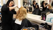 Kadeřnice Romana nanáší Katce barvu.