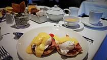 K životu luxusní společnice patří samozřejmě i hotelové snídaně.