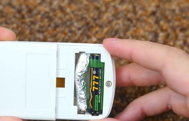 Chybí vám tužková baterie? Srolujte kus alobalu, vložte ke zbývajícím bateriím do přístroje a on bude fungovat!