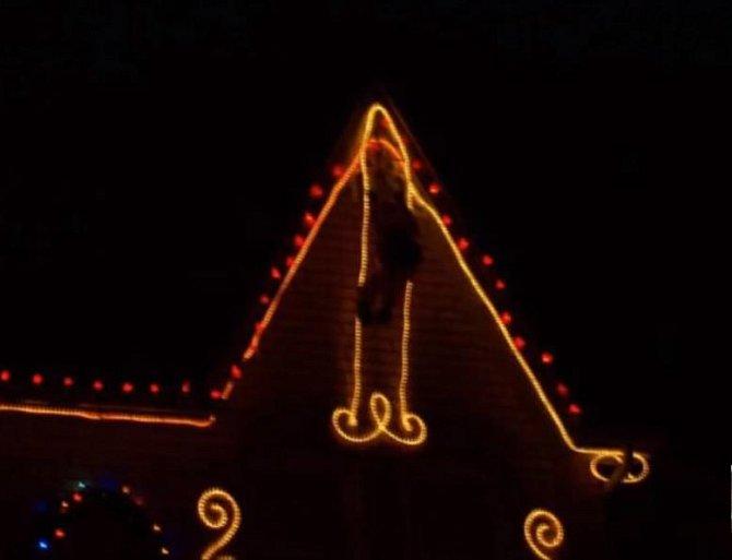 Proč si dávat na dům pánské přirození, na kterém visí Santa?
