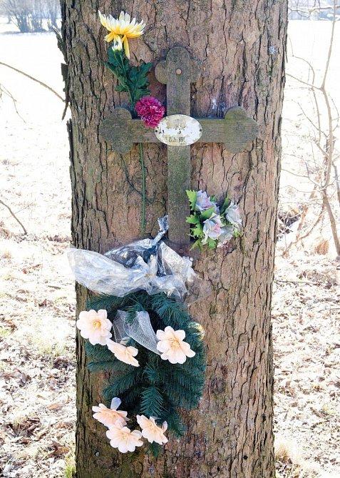Pomníček v místě autonehody.