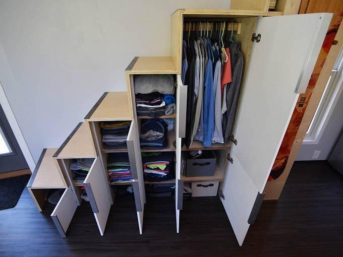 Skříně na oblečení jsou zabudované přímo ve schodišti.