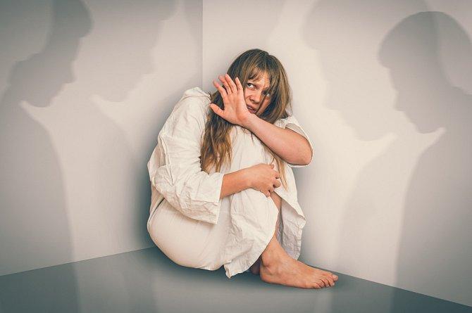 V těžších případech přicházejí alkoholické psychózy, provázené halucinacemi a bludy.