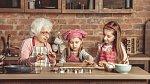 Babičky svá vnoučata milují a rozmazlují.