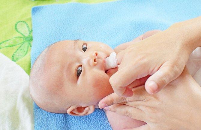 I miminkům se musí jazyk čistit, pro ně by bakterie měly mnohem horší dopad
