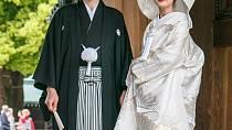 Na svatební obřad si japonská nevěsta obléká bílé kimono symbolizující panenství, pak se převléká do červeného, symbolu štěstí.