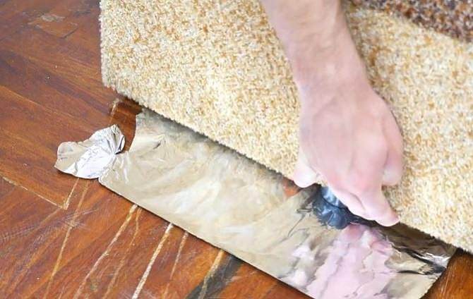 Stačí pod nohy nábytku vložit kus alobalu. Manipulace bude mnohem snazší a nedojde ke zničení podlahy.