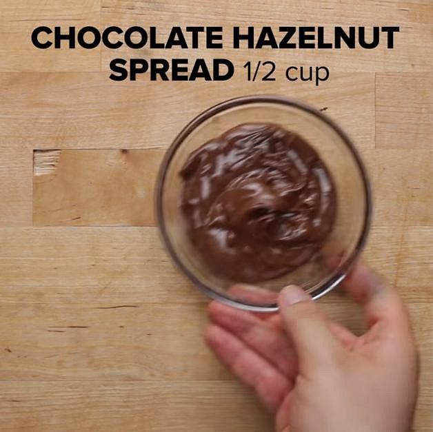 A půl hrnku kvalitní čokoládové oříškové pomazánky.