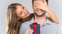 Fňukáte, že už vám nenosí dárky? Překvapte ho a dejte jeden vy jemu.