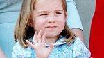 Charlotte před pádem ze stoličky ještě rozdávala úsměvy.