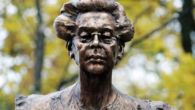 Sochy ji připomínají na několika místech v Praze.