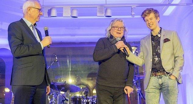 Vladimír Mišík při volbě prezidenta se svým synem Adamem a panem Drahošem.
