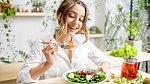 Lehká úprava jídelníčku může zlepšit stav rtů.