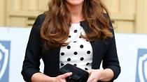 Rozverné šaty s puntíky vévodkyni Kate sluší.