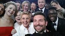 Po zveřejnění hromadné fotky z předávání Oscarů v roce 2014 padl internet.