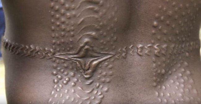 Jizvy člena kmene z Papuy-Nové Guiney mají připomínat kousnutí krokodýla a vstup do dospělosti.