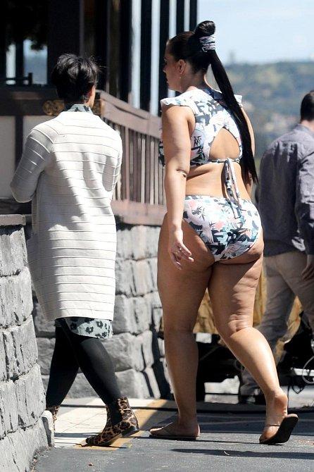 XXL modelka Ashley Graham má samozřejmě celulitidu také a nijak se za ni nestydí.