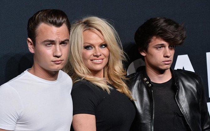 Pamela je dnes pyšnou mámou dvou velmi pohledných mladých mužů.