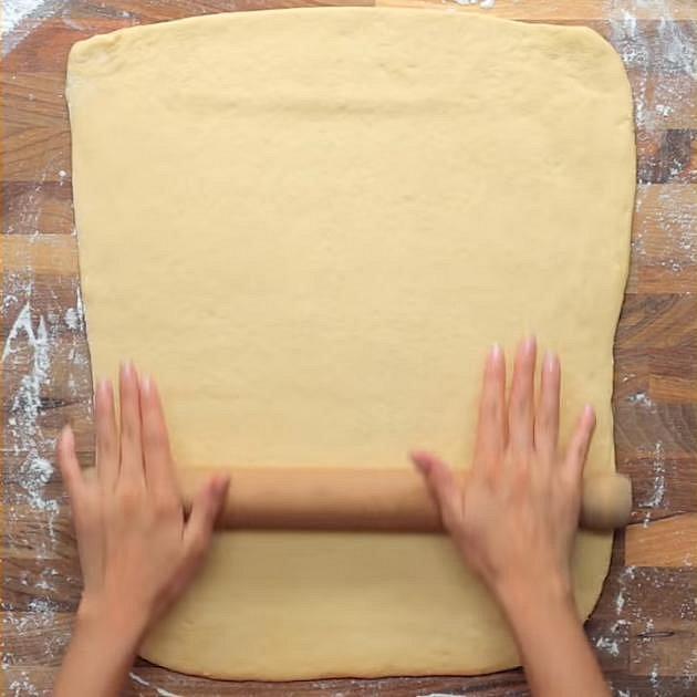 Vykynuté těsto si na pomoučeném vále rozválejte na obdélníkovou placku o tloušťce cca 1 - 1,5 cm.