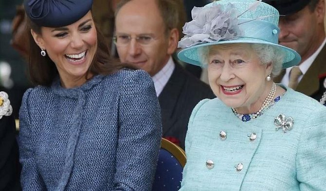 Královna Alžběta v sobotu oslavila své 92. narozeniny a v pondělí se jí narodilo už šesté pravnouče.